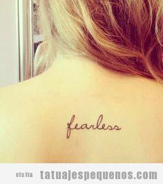 Tatuaje pequeño palabra fearless en la espalda