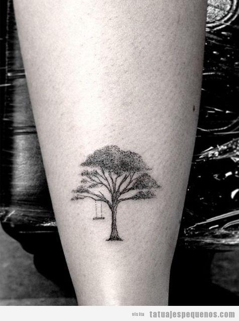 Tatuaje pequeño de un árbol con columpio en el brazo