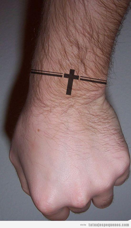 Tatuaje pequeño chico, pulsera con una cruz