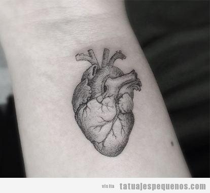 Tatuaje pequeño corazón estilo realista