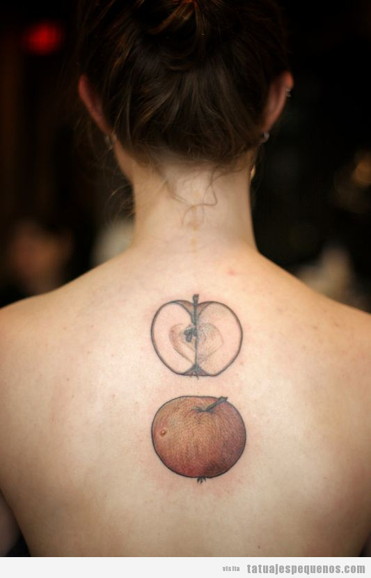 Tatuaje pequeño manzana abierta estilo realista espalda