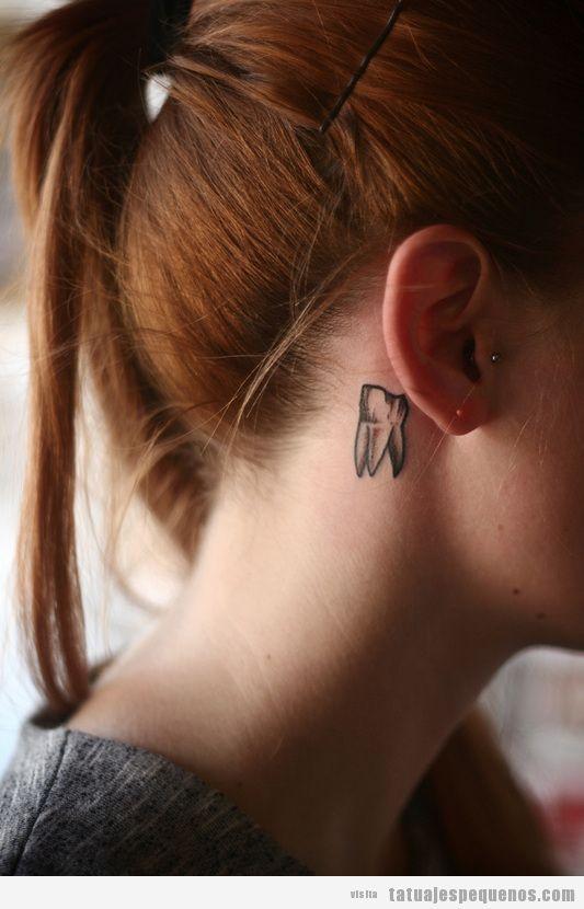 Tatuaje pequeño de una muela detrás de la oreja