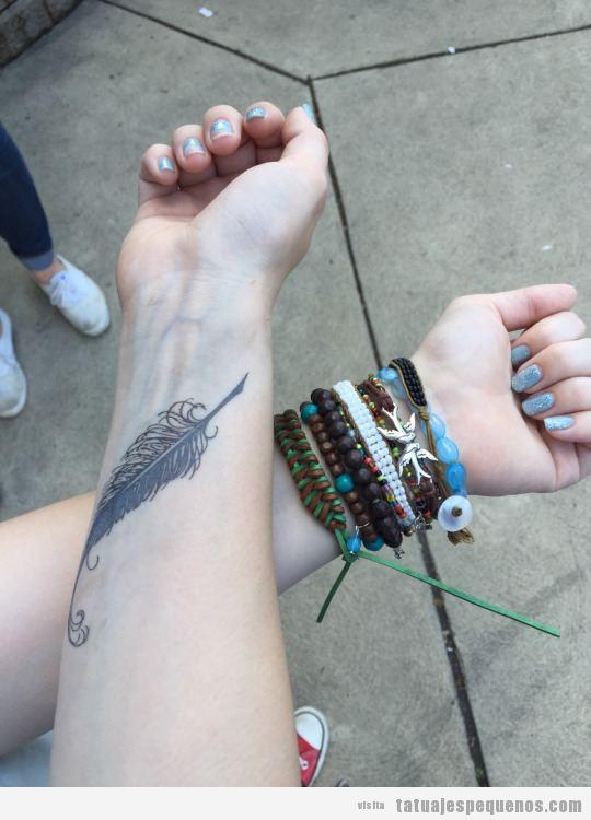 Tatuaje pequeño pluma en la muñeca