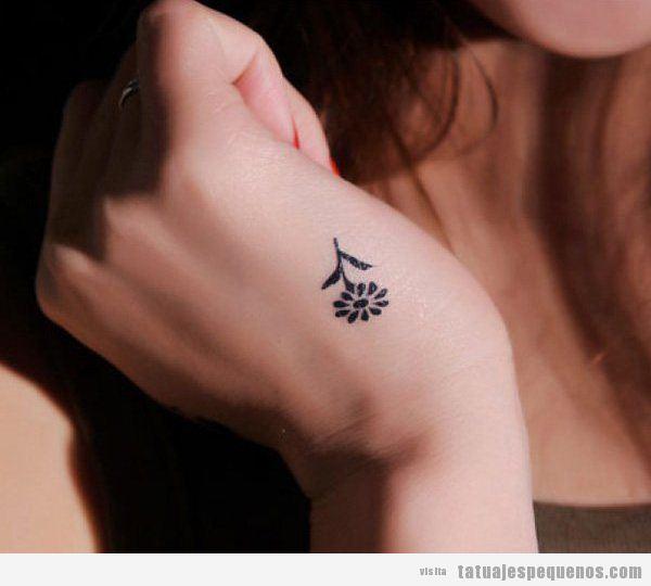 Tattoo pequeño para chica, flor en la mano