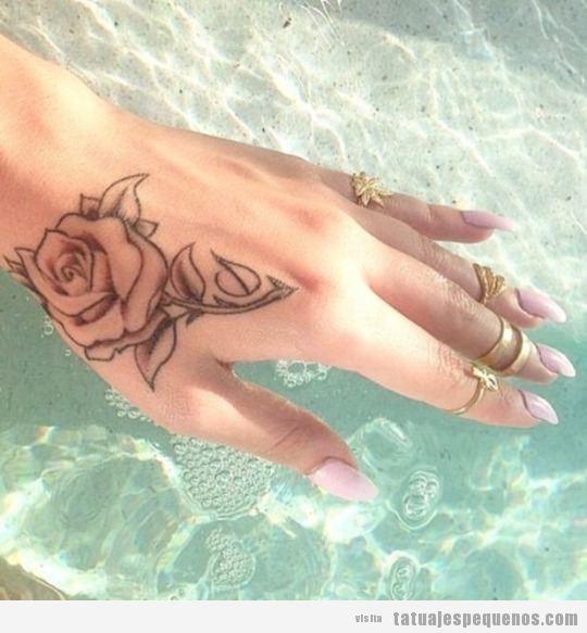 Tatuaje pequeño para mujer, una rosa en la mano
