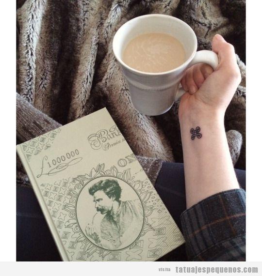 Tatuaje pequeño para chico en la muñeca, nudos celtas