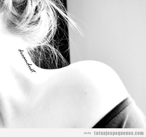 Tatuaje pequeño palabra Dreamdust en el cuello