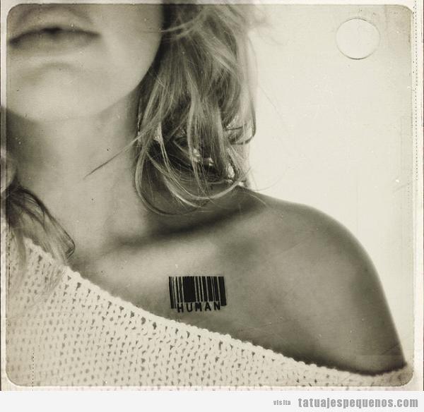 Tatuaje pequeño pecho, código de barras con la palabra humano