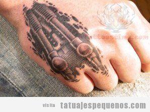 Tatuaje pequeño biomecánico en la mano para hombres