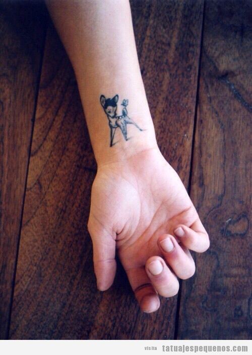 Tatuaje pequeño cervatillo en la muñeca