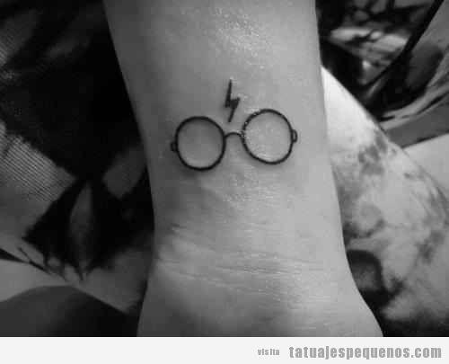 Tatuaje de las gafas de Harry Potter con rayo en el medio