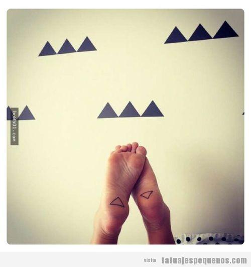 Tatuaje pequeño triángulos en la planta del pie