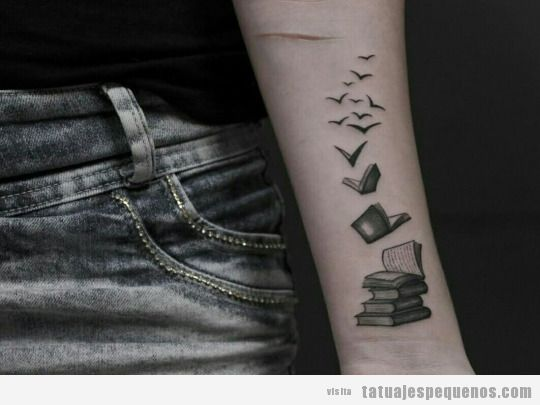 Tatuaje pequeño libros que se convierten en pájaros