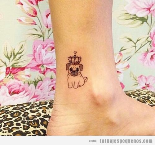 Tatuaje pequeño carlino o pug con corona