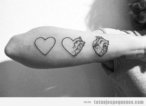 Tatuaje pequeño y bonito tres corazones en el antebrazo