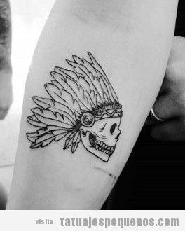Tatuaje pequeño para hombres calavera con plumas