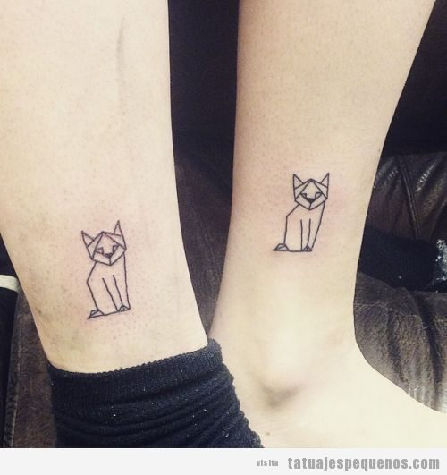 Tatuaje pequeño en pareja, gato geométrico en el tobillo