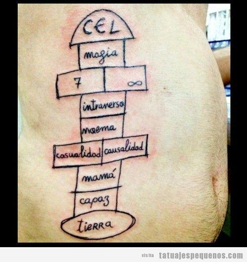 Tatuaje pequeño de una rayuela o una charranca en el costado