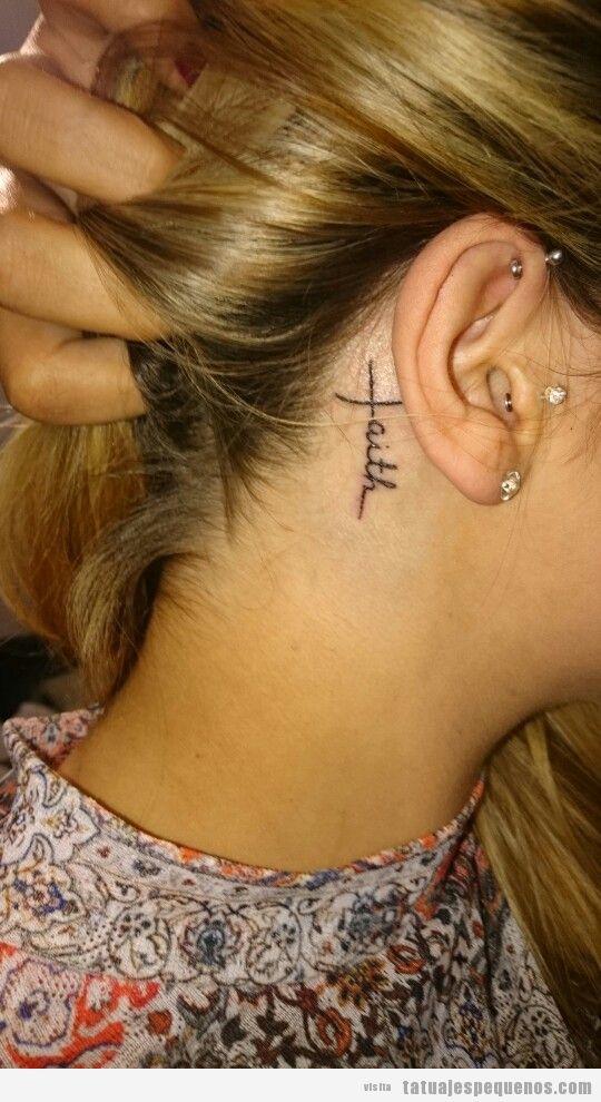 Tatuaje pequeño palabra faith o fe detrás oreja