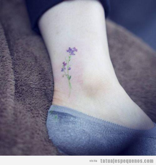 Tatuaje pequeño flores lilas en el tobillo