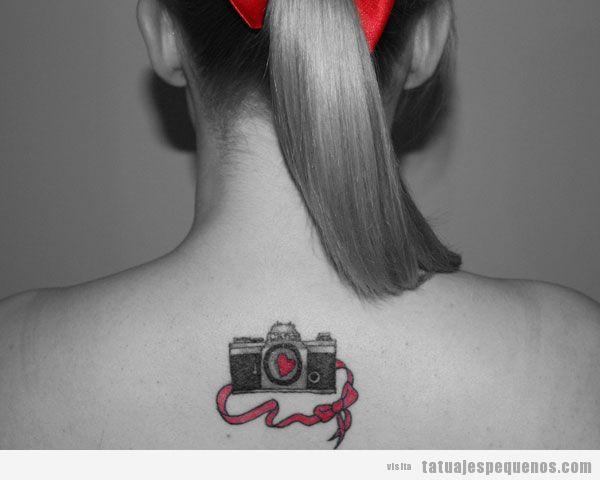 Tatuaje pequeño cámara de fotos con lazo en la nuca