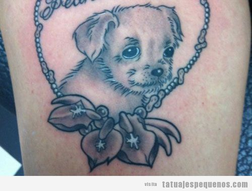 Tatuaje pequeño y bonito de perro en un corazón
