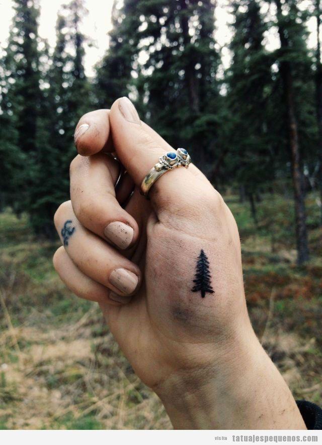 Tatuajes minúsculos de árboles en la mano