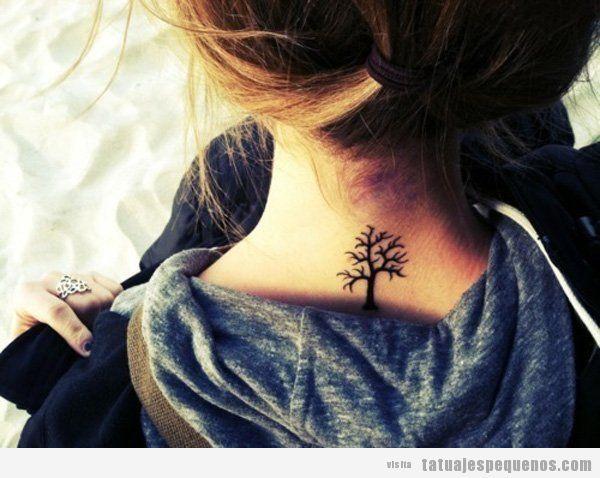 Tatuajes minúsculos de árboles en la nuca 2