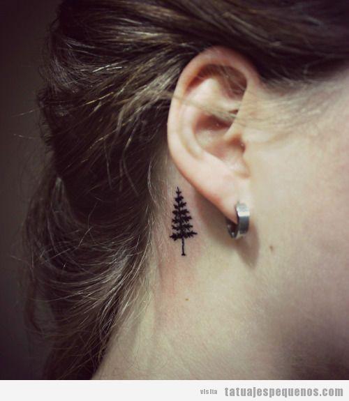 Tatuajes minúsculos de árboles detrás de la oreja