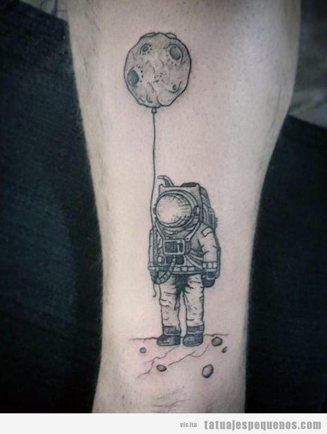 Tatuaje pequeño para hombres, un astronauta 2