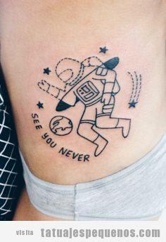Tatuaje pequeño mujer, astronauta en el costado