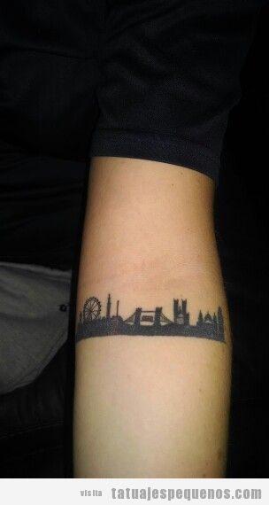 Tatuaje pequeño skyline Londres en antebrazo