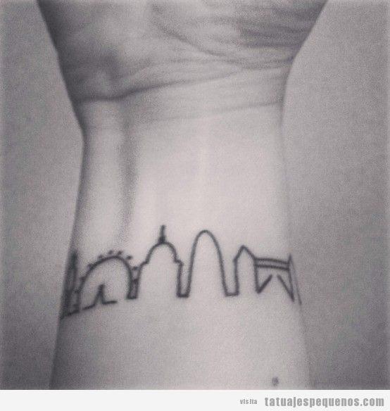 Tatuaje pequeño skyline Londres en muñeca