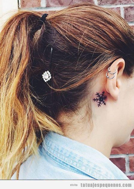 Tatuajes pequeños copos de nieve detrás oreja