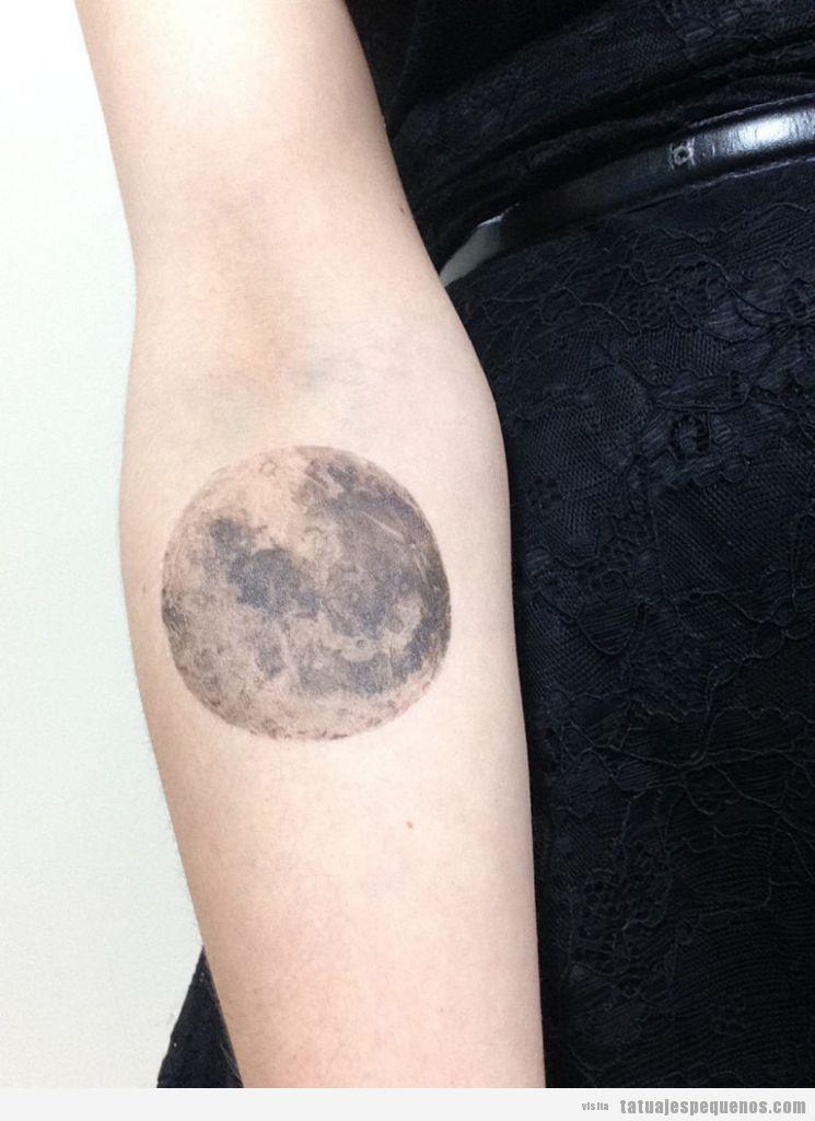 Tatuaje pequeño para hombre y mujer de luna llena en antebrazo