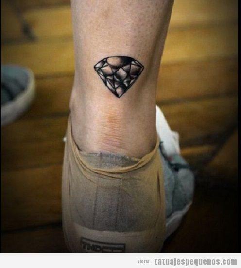 Tatuaje pequeño diamante para hombre en tobillo