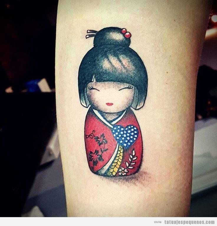 Tatuajes pequeños muñecas kokeshi dolls para mujer en el antebrazo