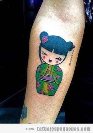 Tatuajes pequeños muñecas kokeshi dolls para mujer en el brazo