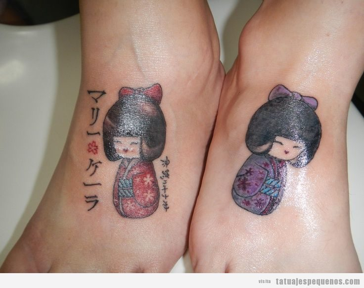 Tatuajes pequeños muñecas kokeshi dolls para mujer en empeine 2