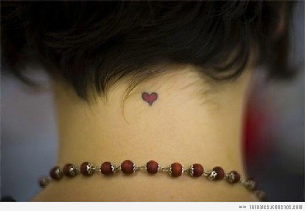 Tatuaje pequeño corazón en nuca