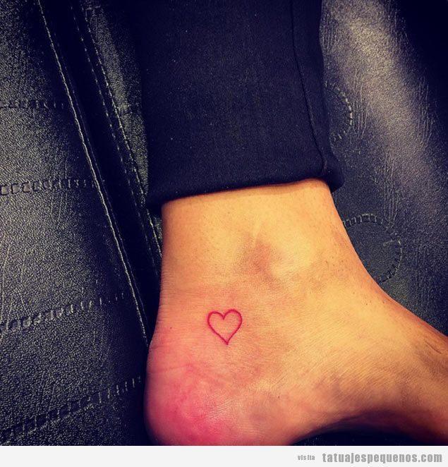 Tatuaje pequeño corazón en tobillo