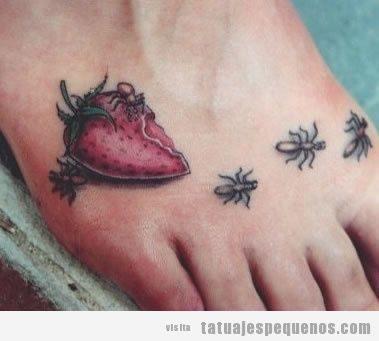 Tatuajes pequeños y espeluznantes o creepy, fresa podrida