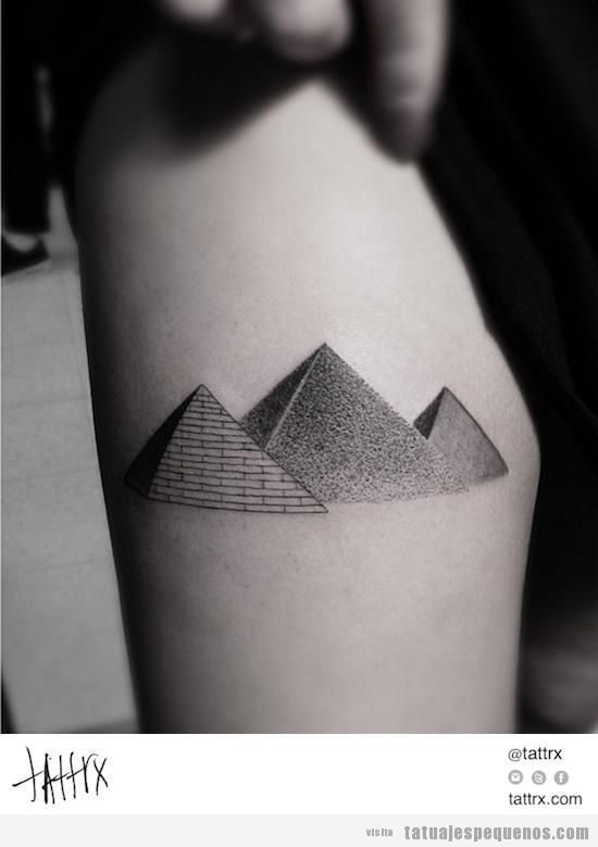 Tatuaje pequeño tres pirámides de Giza, Egipto