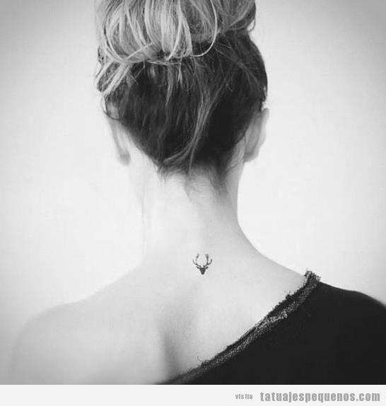 Mini tatuaje mujer en la nuca
