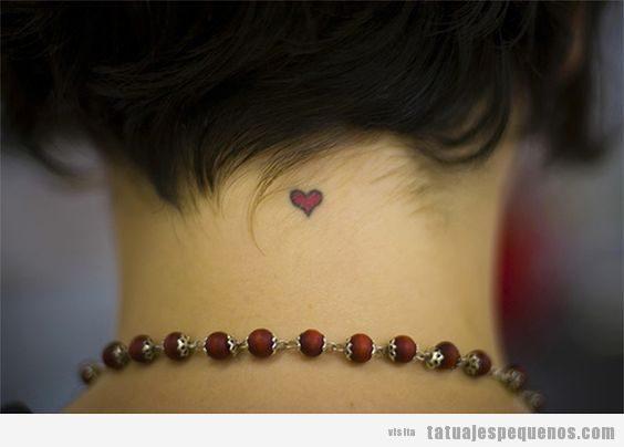 Tatuajes pequeños ocultos en la nuca
