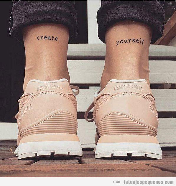 Tatuajes pequeños de palabras debajo gemelo