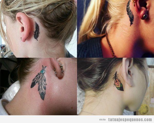 Tatuajes detrás de la oreja para mujer con plumas