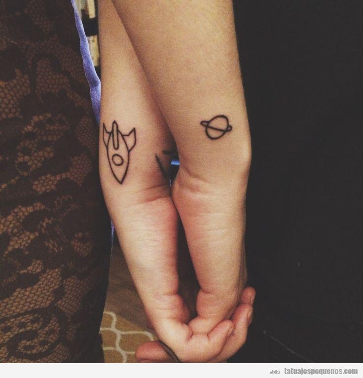 Tatuajes pequeños para parejas, cohete y planeta