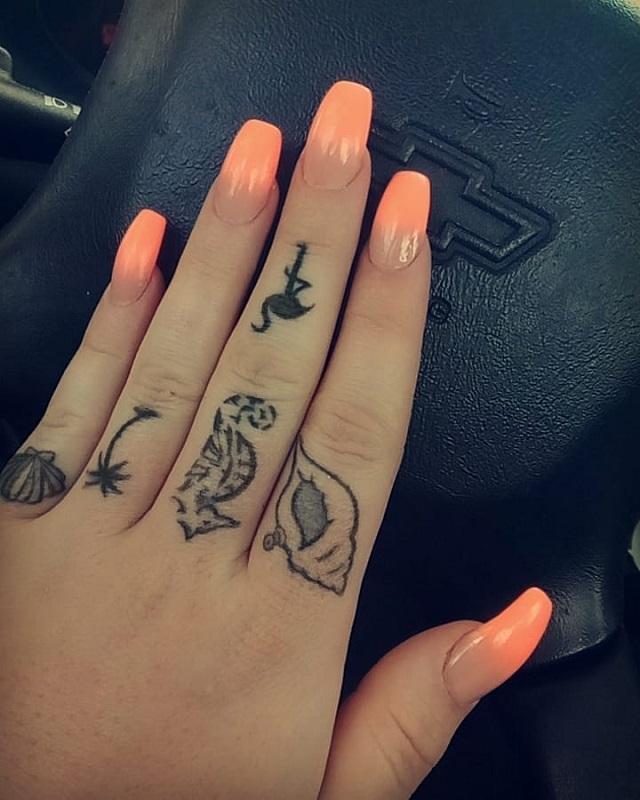 Tatuajes En Las Manos Anillos Y Uñas Acrílicas La