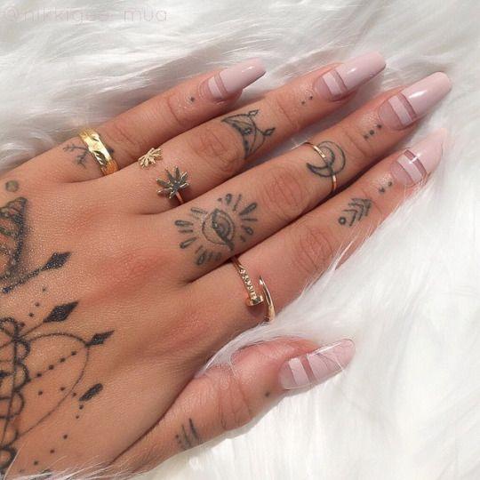 Tatuajes en las manos, anillos y uñas acrílicas, la combinación perfecta
